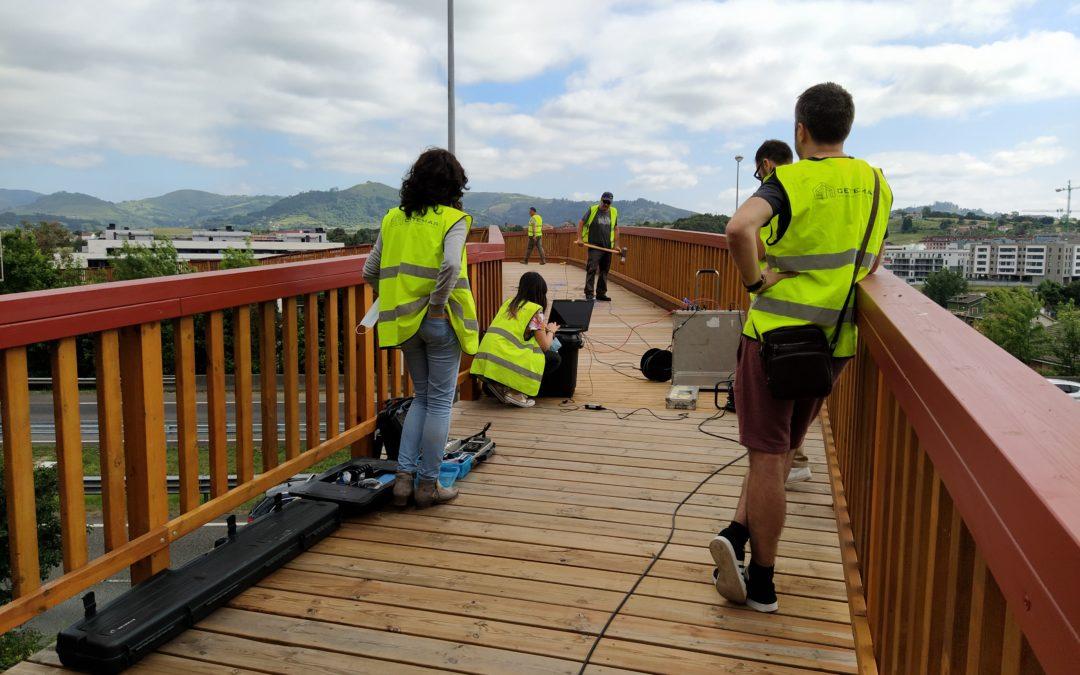 La pasarela sobre la A-8, en Gijón, pasa las pruebas de carga dinámicas con éxito