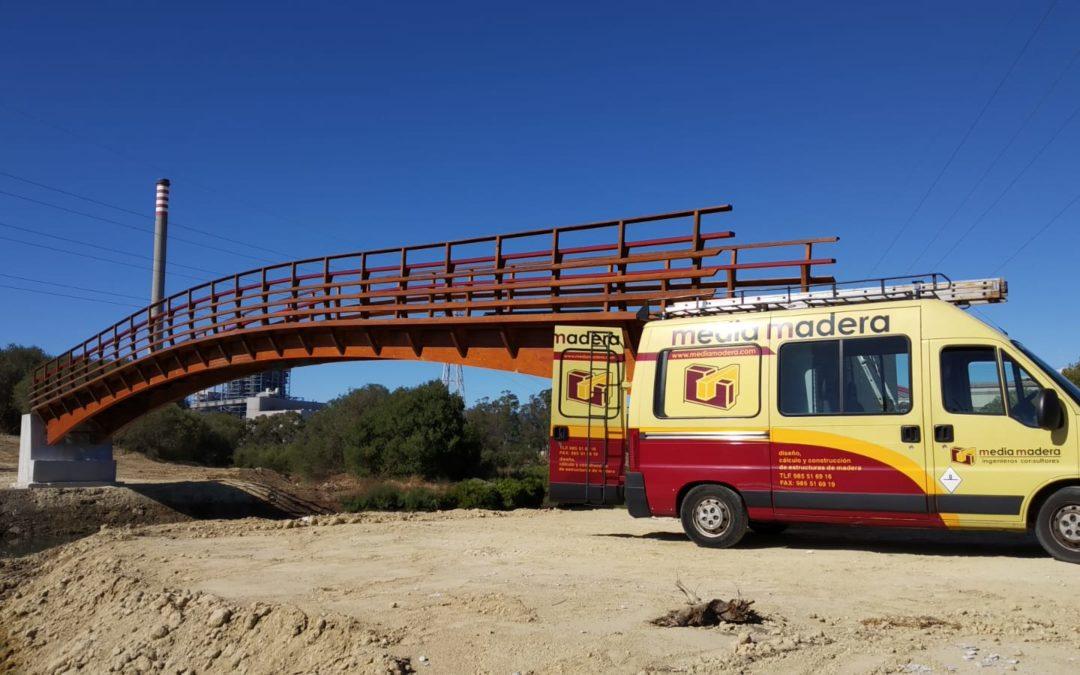 Instalación de un puente de madera, sobre el arroyo Madre Vieja (San Roque)
